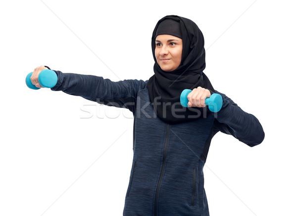 Muszlim nő hidzsáb súlyzók fitnessz sport Stock fotó © dolgachov