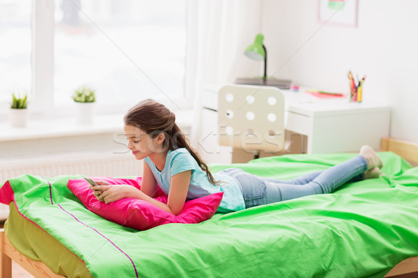 Mosolyog lány sms chat okostelefon otthon gyerekek Stock fotó © dolgachov