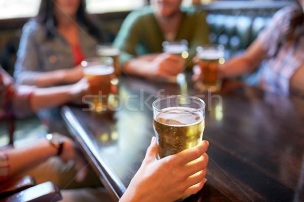 Amigos potable cerveza bar pub personas Foto stock © dolgachov
