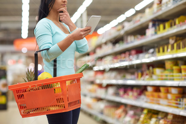 Nő étel bevásárlókosár áruház fogyasztói társadalom emberek Stock fotó © dolgachov