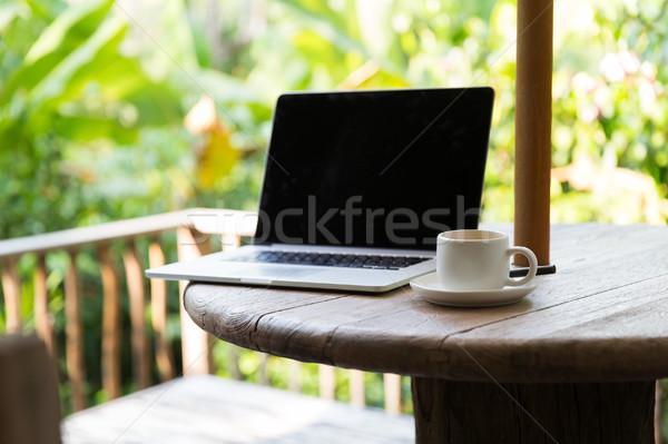 Stock fotó: Kávéscsésze · laptop · számítógép · asztal · kint · üzlet · technológia