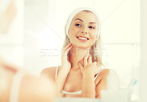 Mujer tocar cara bano belleza cuidado de la piel Foto stock © dolgachov