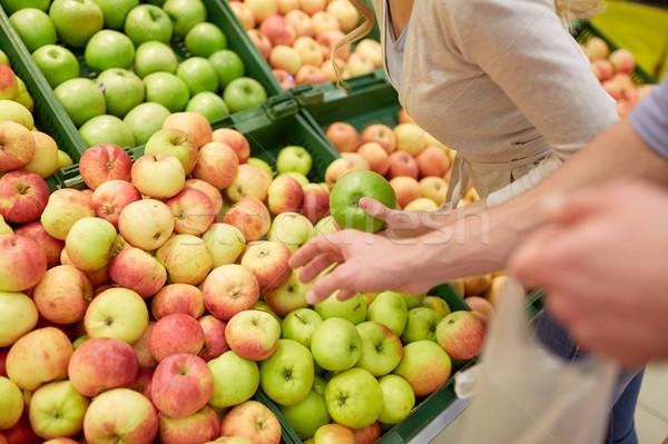 Boldog pár vásárol almák élelmiszerbolt vásárlás Stock fotó © dolgachov