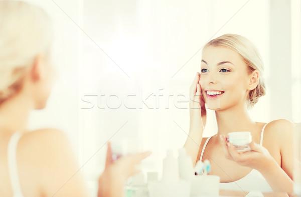 Foto stock: Feliz · mulher · creme · cara · banheiro