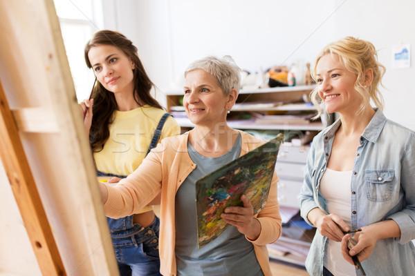 Nők festőállvány művészet iskola kreativitás emberek Stock fotó © dolgachov