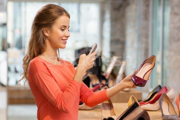 Nő elvesz fotó okostelefon cipő bolt Stock fotó © dolgachov
