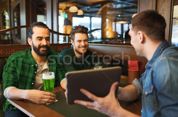 Amigos verde cerveza pub día de san patricio Foto stock © dolgachov