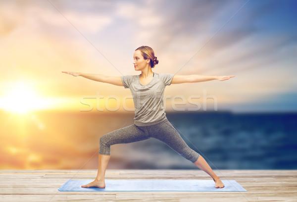 Mujer yoga guerrero plantean fitness Foto stock © dolgachov