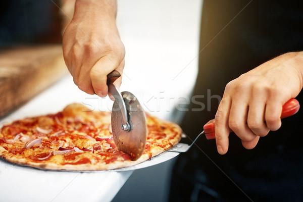 Kok handen pizza stukken pizzeria Stockfoto © dolgachov