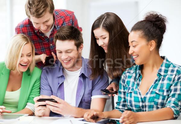 Diákok néz okostelefon iskola oktatás technológia Stock fotó © dolgachov
