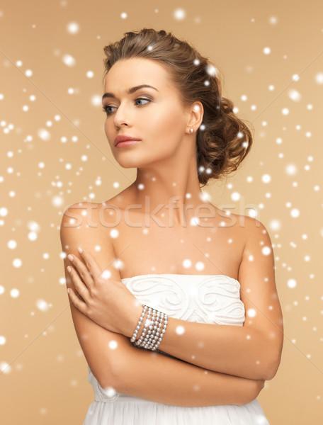Mooie vrouw parel oorbellen armband schoonheid juwelen Stockfoto © dolgachov