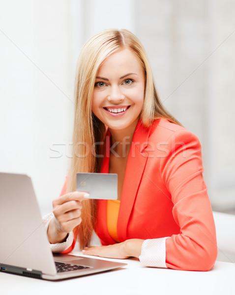Foto stock: Empresária · laptop · cartão · de · crédito · negócio · internet · sorridente