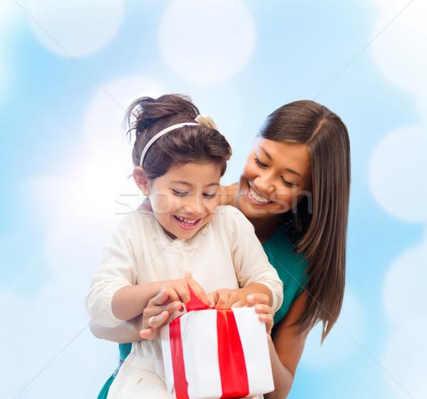 Mutlu anne çocuk kız hediye kutusu tatil Stok fotoğraf © dolgachov