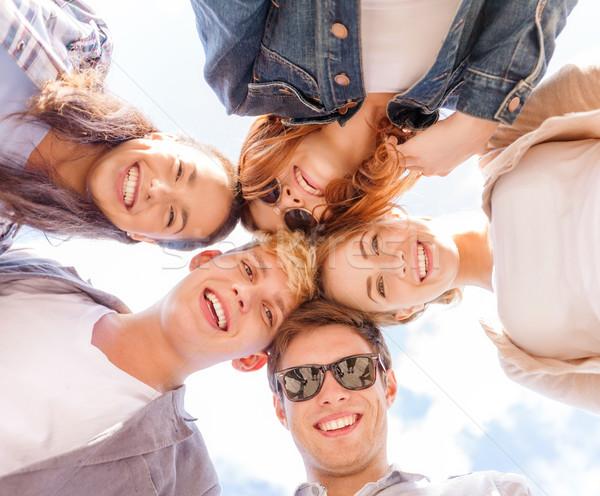 Grup gençler aşağı bakıyor yaz tatil Stok fotoğraf © dolgachov