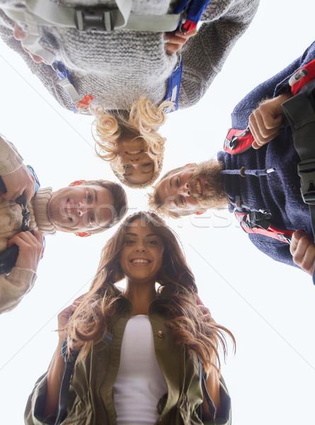 Grupo sonriendo amigos senderismo aventura viaje Foto stock © dolgachov
