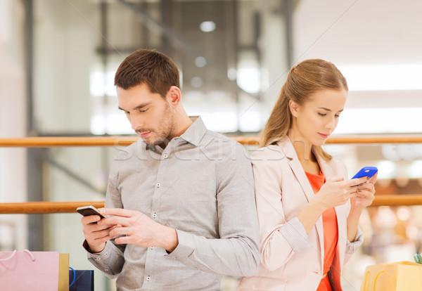 Paar smartphones mall verkoop Stockfoto © dolgachov