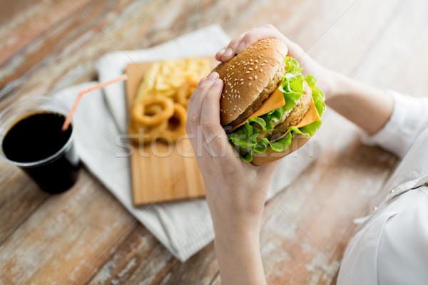 Foto stock: Mulher · mãos · hambúrguer · fast-food