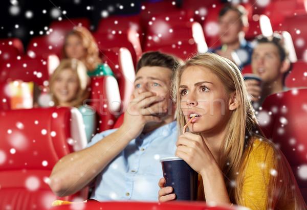 Amis couple regarder horreur film théâtre Photo stock © dolgachov