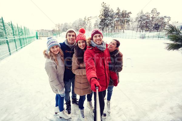 Feliz amigos patinaje sobre hielo personas Foto stock © dolgachov