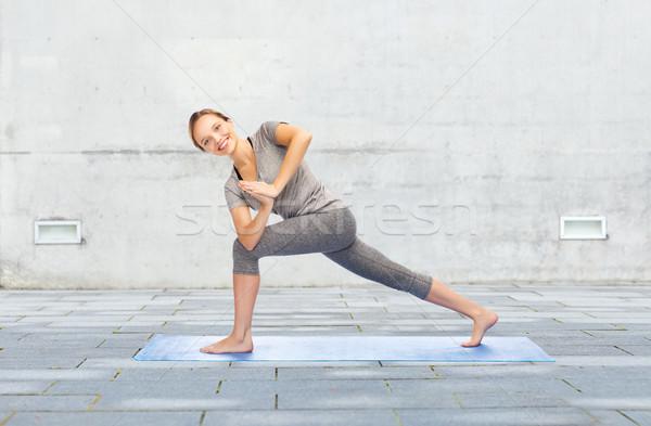 Nő készít jóga alulról fotózva póz fitnessz Stock fotó © dolgachov