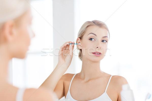 Vrouw schoonmaken oor katoen badkamer schoonheid Stockfoto © dolgachov