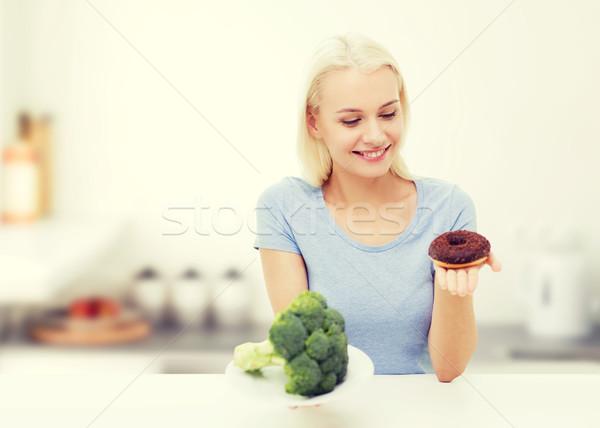 Uśmiechnięta kobieta brokuły pączek kuchnia zdrowe odżywianie Zdjęcia stock © dolgachov