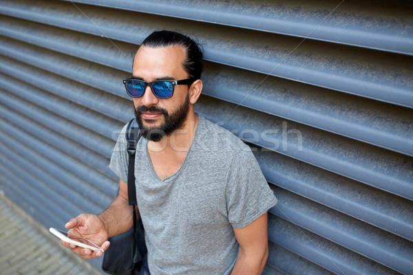 Férfi hátizsák sms chat okostelefon város utazás Stock fotó © dolgachov