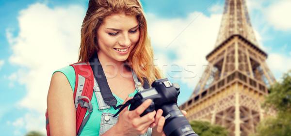 Nő hátizsák kamera Eiffel-torony utazás turizmus Stock fotó © dolgachov