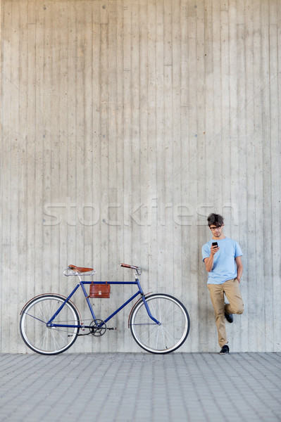 Uomo smartphone fissato attrezzi bike strada Foto d'archivio © dolgachov