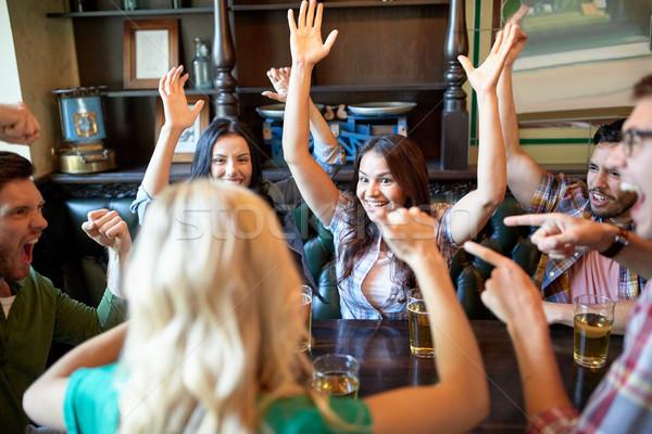 Gelukkig vrienden bier vieren bar pub Stockfoto © dolgachov