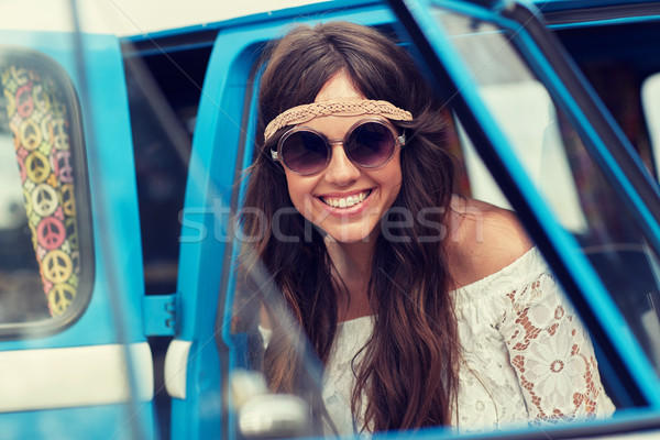 Sorridente jovem hippie mulher carro Foto stock © dolgachov