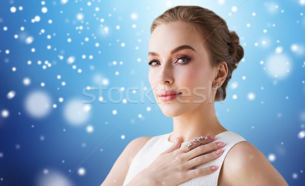 Donna abito bianco diamante gioielli neve lusso Foto d'archivio © dolgachov