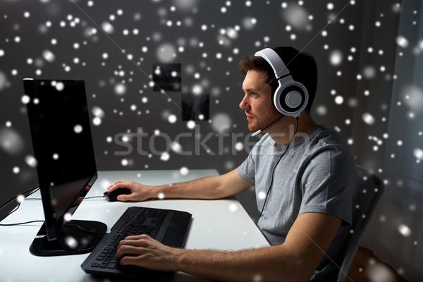 человека гарнитура играет компьютер видеоигра домой Сток-фото © dolgachov