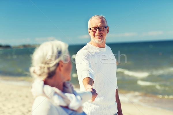 Foto stock: Feliz · pareja · de · ancianos · tomados · de · las · manos · verano · playa · familia