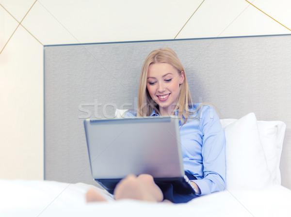 Stockfoto: Gelukkig · zakenvrouw · laptop · hotelkamer · business · technologie
