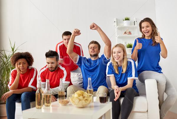 Vrienden voetbal fans kijken voetbal home Stockfoto © dolgachov