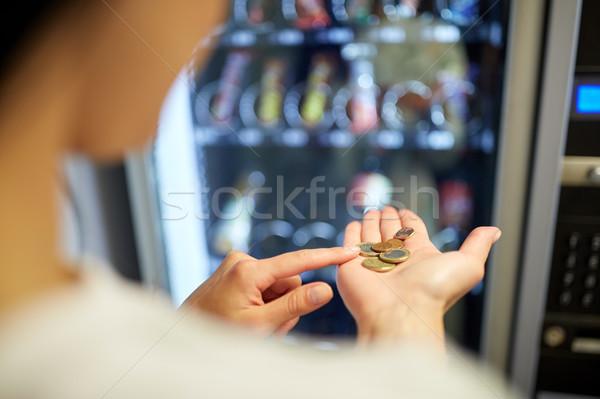 Vrouw euro munten automaat verkopen technologie Stockfoto © dolgachov