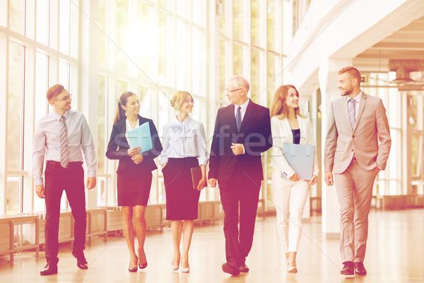 Gens d'affaires marche immeuble de bureaux personnes travaux entreprise Photo stock © dolgachov
