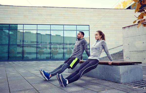 Paar triceps oefening buitenshuis fitness Stockfoto © dolgachov