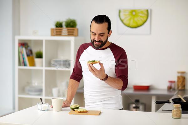 человека еды авокадо Бутерброды домой кухне Сток-фото © dolgachov