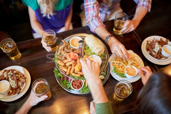 Amici mangiare bere bar pub tempo libero Foto d'archivio © dolgachov