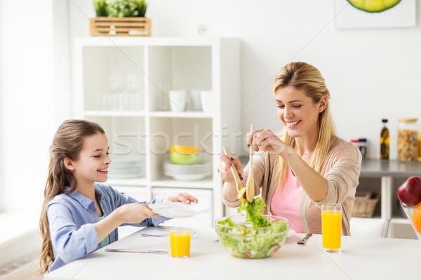 Stok fotoğraf: Mutlu · aile · yeme · salata · ev · mutfak · sağlıklı · beslenme