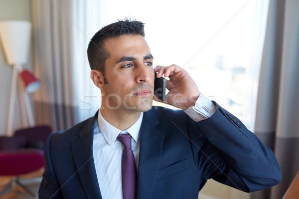 Zakenman roepen smartphone hotelkamer zakenreis mensen Stockfoto © dolgachov