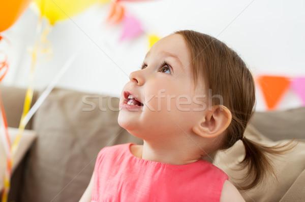 Boldog kislány születésnapi buli otthon gyermekkor emberek Stock fotó © dolgachov