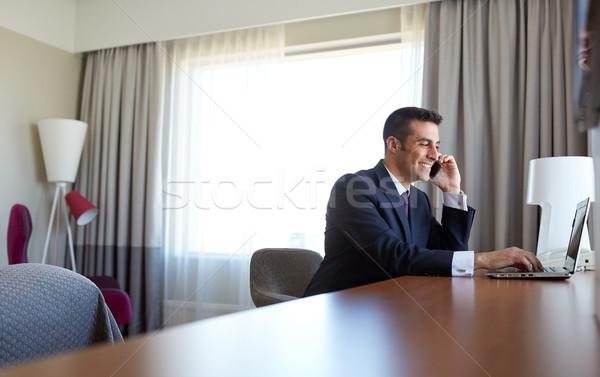 Biznesmen laptop smartphone hotel business trip ludzi Zdjęcia stock © dolgachov