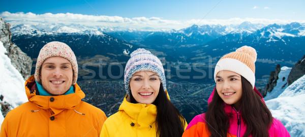 Gelukkig vrienden winter alpen bergen vakantie Stockfoto © dolgachov