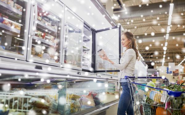 Nő választ fagylalt élelmiszerbolt mélyhűtő vásár Stock fotó © dolgachov