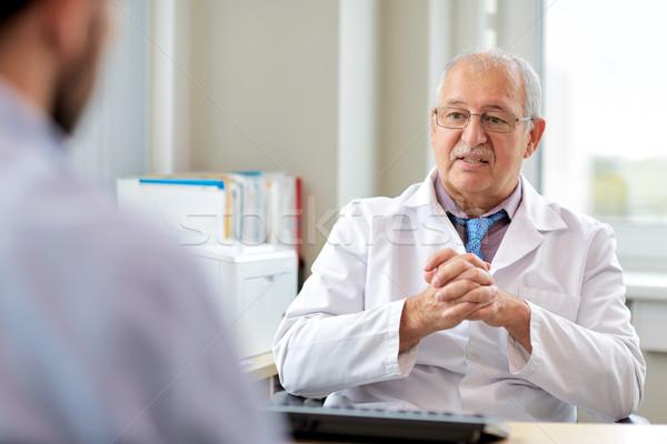 Kıdemli doktor konuşma erkek hasta hastane Stok fotoğraf © dolgachov