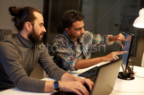 Yaratıcı takım bilgisayar çalışma geç ofis Stok fotoğraf © dolgachov