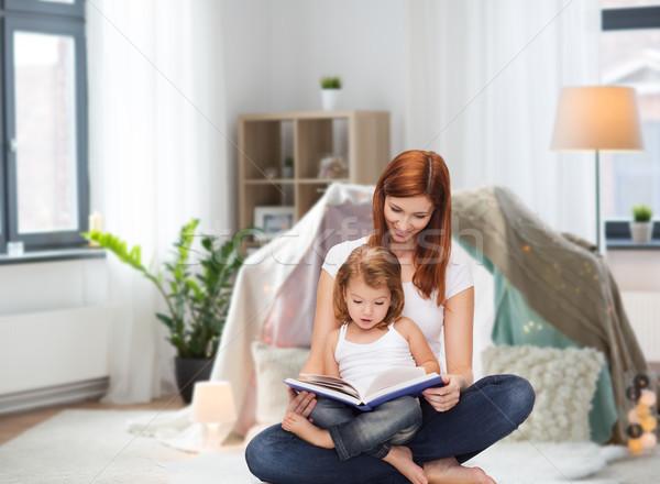 Boldog anya kicsi lánygyermek olvas könyv Stock fotó © dolgachov